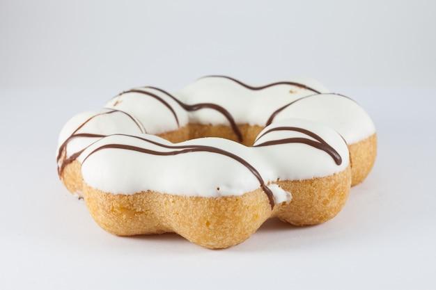 흰색 바탕에 도넛