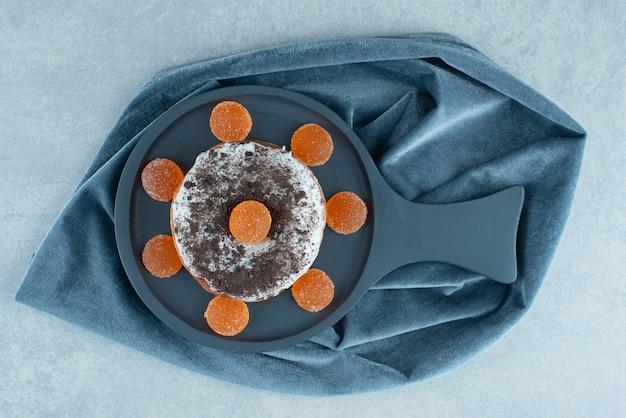 大理石の大皿にドーナツをのせてマーマレードで囲んだ。