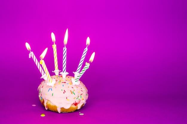 キャンドルがたくさん入ったドーナツ。お誕生日おめでとうパーティー