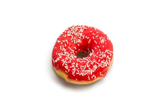 赤いアイシングが分離されたドーナツ