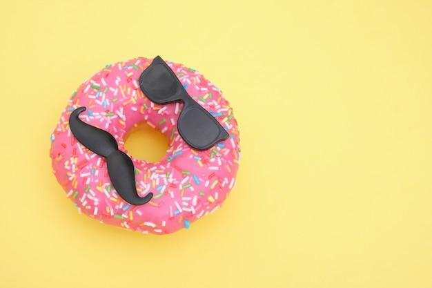 뿌리와 핑크 아이싱 도넛