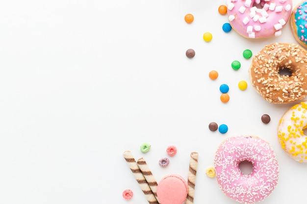 Пончики и конфеты вид сверху