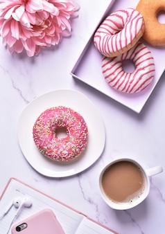 사무실에서 아침 식사로 도넛과 커피