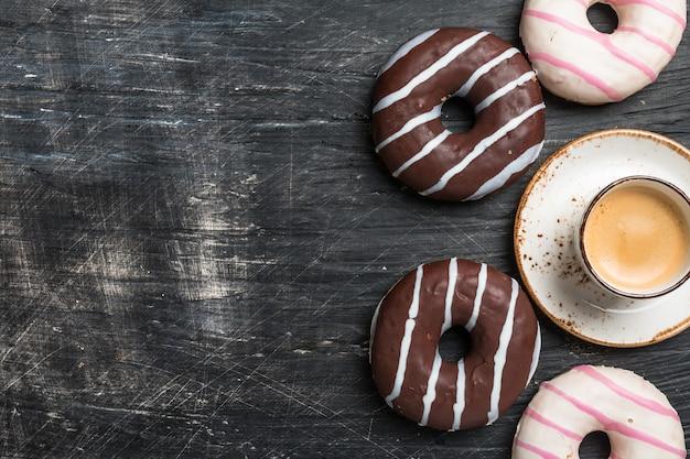 ドーナツとコーヒーの上面図