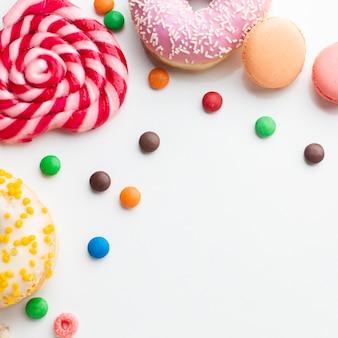 Ciambelle e zucchero filato copia spazio