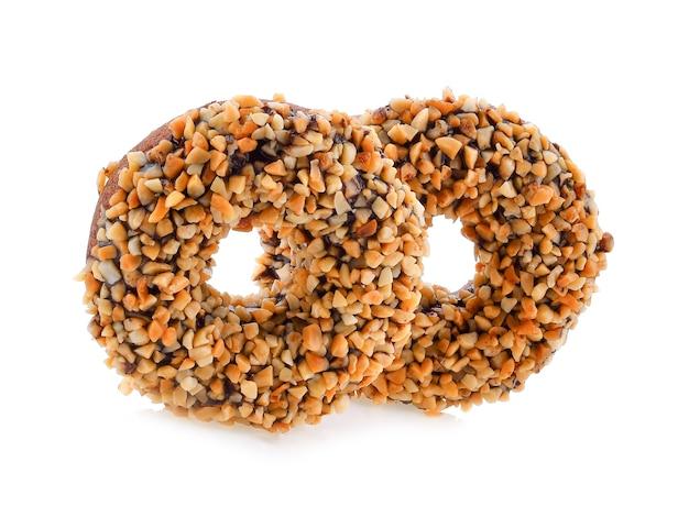白い背景の上のドーナツ穀物