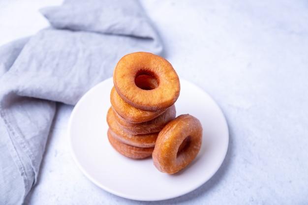 기름에 튀긴 링 모양의 도넛