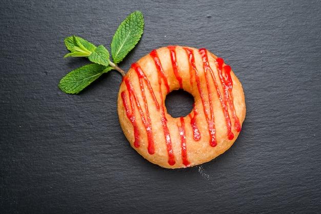 Пончики на деревянной поверхности