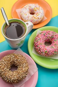 접시와 커피 한 잔에 도넛