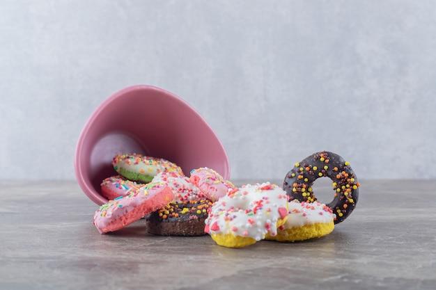 대리석 표면의 그릇에서 도넛을 쏟았다