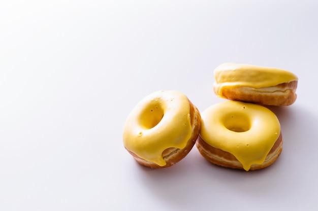 Пончики с банановой начинкой лежат на белом