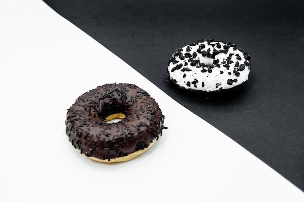 초콜릿 뿌리와 도넛 흰색과 검은 색 추상적 인 배경에 고립 된 도넛