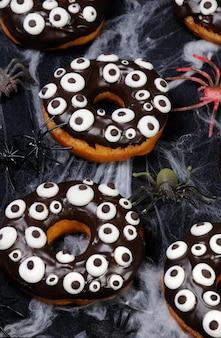 할로윈에 초콜릿 장식으로 장식된 도넛