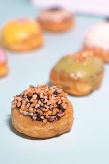Пончики с шоколадом, посыпанные арахисом