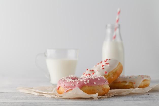 ミルクのガラスとドーナツ