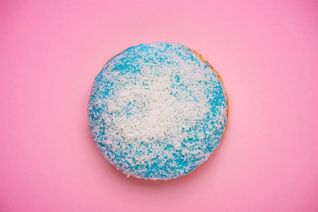 카피스페이스가 있는 파스텔 핑크색 배경에 아이싱이 있는 도넛. 달콤한 도넛.