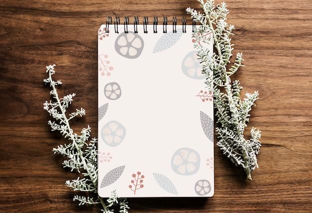 나무 테이블에 낙서 꽃 무늬 노트북