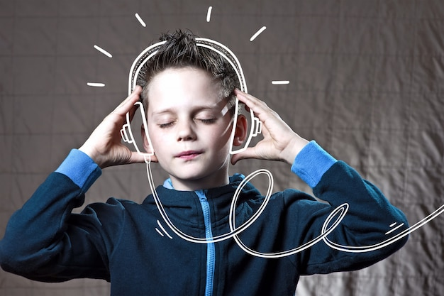 Мальчик слушает музыку doodle наушники и наслаждайтесь