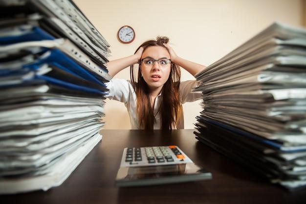 Обреченный бухгалтер против больших стопок документов