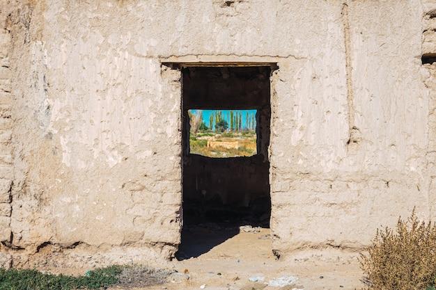 오래 된 버려진 진흙 벽돌 집의 문과 창문