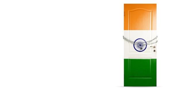 コロナウイルスの間にチェーン国の封鎖でインドの旗のロックで着色されたドア