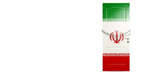 이란 국기로 칠해진 문, 사슬로 잠그는 문. 코로나바이러스, covid 확산 중 국가 폐쇄. 의학 및 건강 관리의 개념입니다. 전세계 전염병, 검역. 카피스페이스.