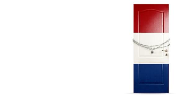 쇠사슬로 잠그는 네덜란드 국기 색의 문. 코로나바이러스, covid 확산 중 국가 폐쇄. 의학 및 건강 관리의 개념입니다. 전세계 전염병, 검역. 카피스페이스.