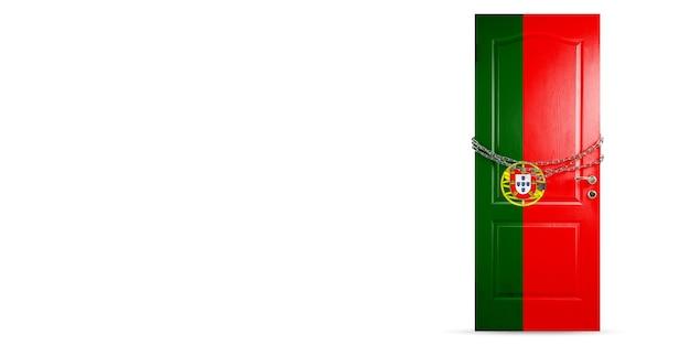 쇠사슬로 잠그는 포르투갈 국기 색깔의 문. 코로나 바이러스 동안 국가 잠금,