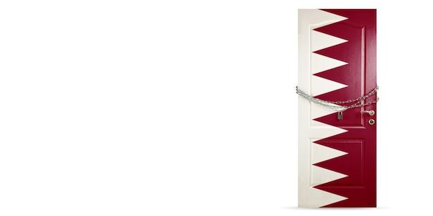 카타르 국기 색상의 문, 체인 잠금. 코로나바이러스, covid 확산 중 국가 폐쇄. 의학 및 건강 관리의 개념입니다. 전세계 전염병, 검역. 카피스페이스.