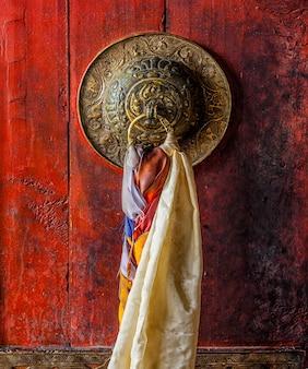 Thiksey 곰파 티베트 불교 수도원의 문 게이트 핸들