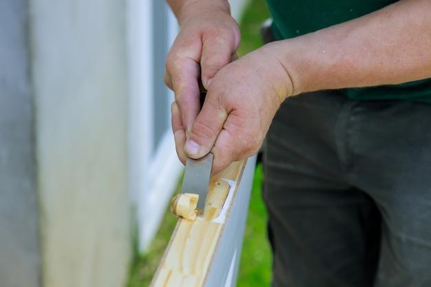 Петли дверные, работающие с долотом, подготовленные для монтажа на деревянной двери, установка петли