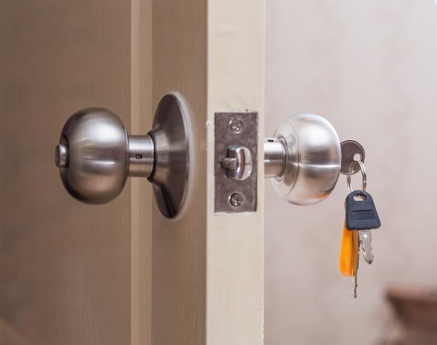 열쇠가있는 문 손잡이