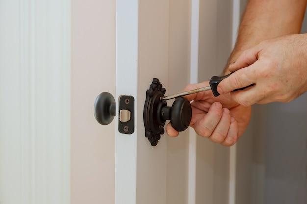 Door knobs, aluminum door white.
