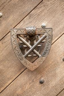 Дверной молоток на деревянных воротах замка кокорин в северной чехии, чехия