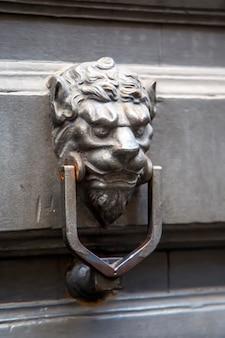 사자 모양의 문 두 들기