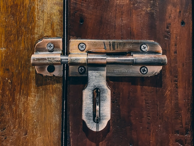 Дверной замок в винтажном стиле на дверь с ржавым металлом