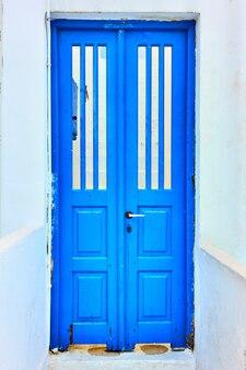 전통적인 파란색으로 칠해진 문, 그리스 산토리니