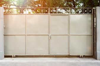 倉庫のクローズアップ在庫のドア