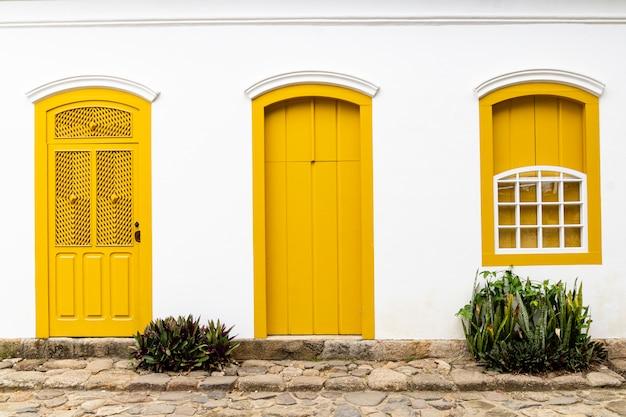 브라질 리우데 자네이루 파라 티의 중심에있는 문과 창문. 파라 티는 포르투갈 식민지 및 브라질 제국 지방 자치 단체입니다.