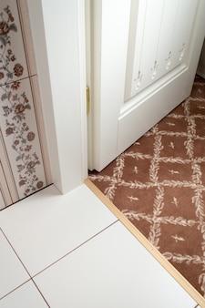 壁紙付きのインテリアのドア