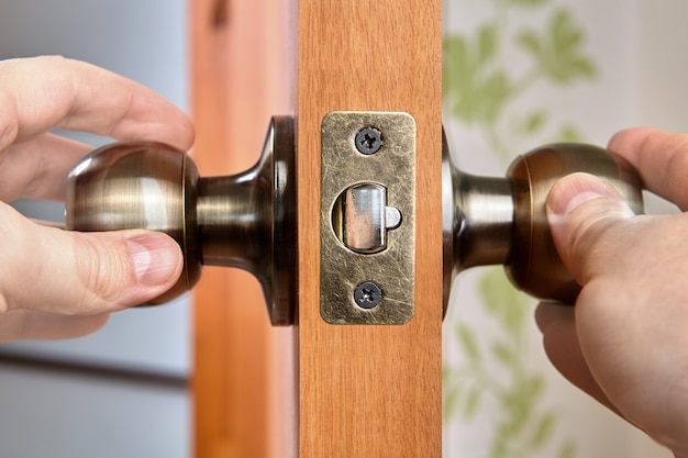 Двери защелки имеет пружинный механизм, ручка двери поворачивается, чтобы освободить его от двери косяка запорной планки
