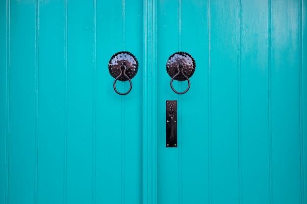 Двери ярко-синего цвета крупным планом
