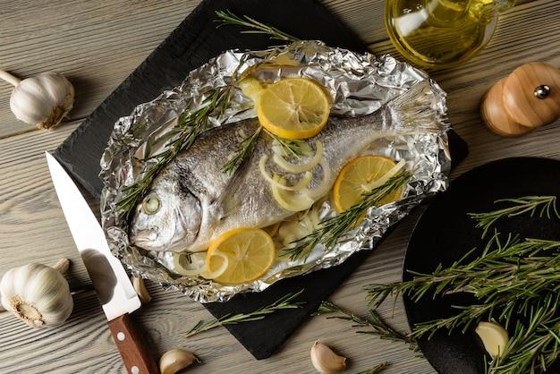 Рыба дорадо, запеченная с лимоном, крупным планом. морская рыба, приготовленная в фольге.