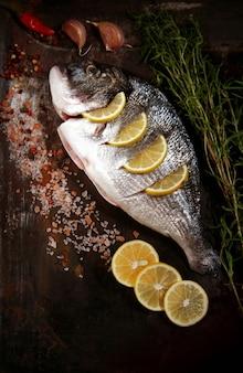 Рыба дорадо, сырая, вид сверху, вертикальный,
