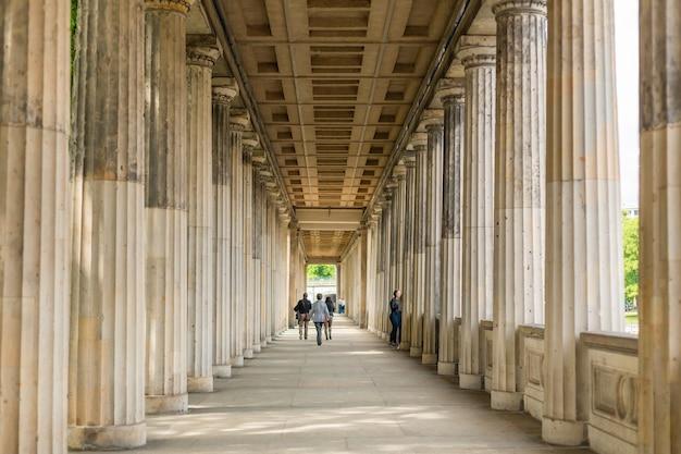 Дорические колонны во дворе колоннады возле старой национальной галереи на музейном острове в берлине