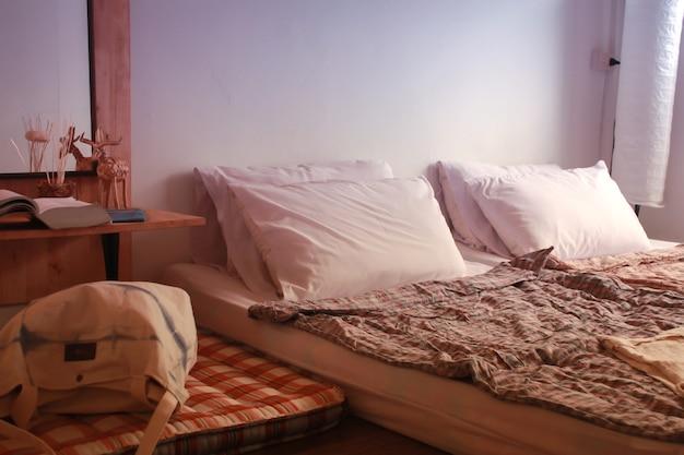 호스텔 수제 장식 아이디어 나무 바닥 아이디어 배경의 기숙사 방