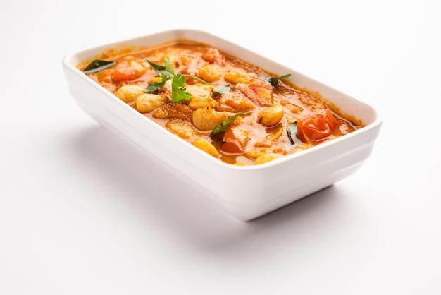 더블 빈 카레 sabzi 또는 sabji 레시피는 기본 인도 향신료와 신선한 토마토를 사용하여 만든 그릇에 선택적 초점을 제공합니다.
