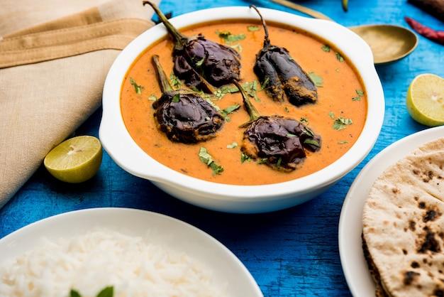 Двойные бобы карри сабзи или рецепт сабджи, приготовленный с использованием основных индийских специй и свежих помидоров, подается в миске. выборочный фокус.