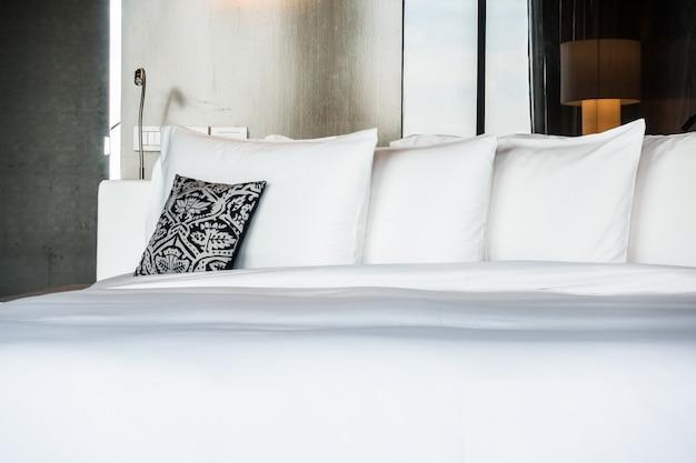 Двуспальная кровать с подушкой и подушками