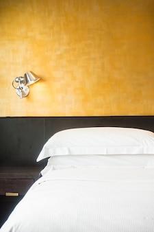 하얀 시트가있는 더블 침대